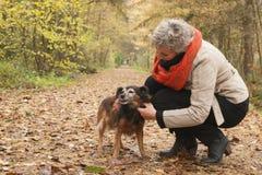 Środkowy ager bierze opiekę jej pies Fotografia Stock