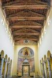 Środkowy nave i drewniany dach San Saba kościół w Rzym Obrazy Stock