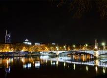 Środkowy stary grodzki Lyon miasta brzeg rzeki przy nocą w France Zdjęcia Royalty Free