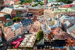 Środkowy stary grodzki squre z toursits w Ryskim mieście, Latvia fotografia stock