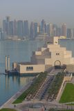 Środkowy Wschód, Katar, Doha, muzeum Islamska sztuka & Zachodni Podpalany Środkowy Pieniężny okręg od wschód zatoki okręgu, Obrazy Stock