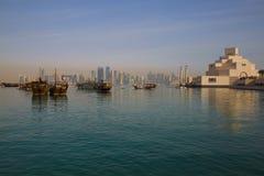 Środkowy Wschód, Katar, Doha, muzeum Islamska sztuka & Zachodni Podpalany Środkowy Pieniężny okręg od wschód zatoki okręgu, Obraz Royalty Free