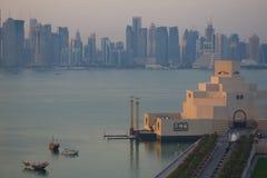 Środkowy Wschód, Katar, Doha, muzeum Islamska sztuka & Zachodni Podpalany Środkowy Pieniężny okręg od wschód zatoki okręgu przy p Zdjęcia Stock