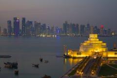 Środkowy Wschód, Katar, Doha, muzeum Islamska sztuka & Zachodni Podpalany Środkowy Pieniężny okręg od wschód zatoki okręgu przy p Fotografia Royalty Free