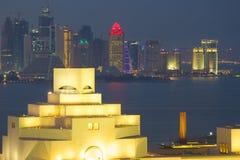 Środkowy Wschód, Katar, Doha, muzeum Islamska sztuka & Zachodni Podpalany Środkowy Pieniężny okręg od wschód zatoki okręgu przy p Zdjęcia Royalty Free