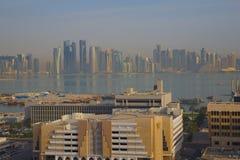 Środkowy Wschód, Katar, Doha, Zachodni Podpalany Środkowy Pieniężny okręg od wschód zatoki okręgu Obraz Stock