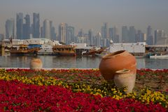Środkowy Wschód, Katar, Doha, Zachodni Podpalany Środkowy Pieniężny okręg od wschód zatoki okręgu Fotografia Royalty Free