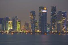 Środkowy Wschód, Katar, Doha, Zachodni Podpalany Środkowy Pieniężny okręg od wschód zatoki okręgu przy półmrokiem Zdjęcia Royalty Free