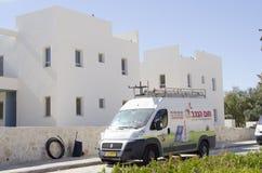 Środkowy wschód Mitzpe Ramon, Izrael Luty 29 instalacja nowy słoneczny wodnych nagrzewaczy firm ` Hom-Hanegev ` Zdjęcie Stock
