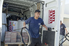 Środkowy wschód Mitzpe Ramon, Izrael Luty 29 - praca na instalaci słoneczni wodni nagrzewacze bierze out części samochód Obrazy Stock