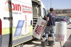 Środkowy wschód Mitzpe Ramon, Izrael Luty 29, praca na Roni Sassi dostaje słonecznego bojler samochód Zdjęcie Stock
