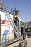 Środkowy wschód Mitzpe Ramon, Izrael Luty 29, A pracownik z drabiną i samochód, Zdjęcia Stock