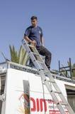 Środkowy wschód Mitzpe Ramon, Izrael Luty 29, A pracownik z drabiną na dachu samochód Obraz Stock