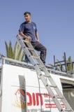 Środkowy wschód Mitzpe Ramon, Izrael Luty 29, A pracownik z drabiną na dachu samochód Fotografia Stock