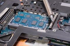 Śrubokręt i wewnętrzni komputerowi składniki Fotografia Stock