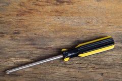 Śrubokręt na drewno stole Obrazy Stock