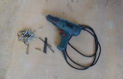 Śrubokręt z klapaniem i nietoperzem śrubuje na prześcieradle dykta Obrazy Stock