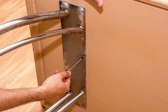 śrubować śrubę w stołowego statywowego skowa śrubokręt zdjęcie stock