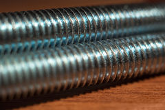Śrubowa nić na drewnianej stołowej miękkiej ostrości Zdjęcie Stock