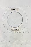 śrubujący kruszcowy talerz Fotografia Stock
