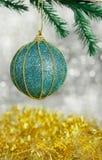 Świąteczna błękitna dekoraci zabawki piłka z wzorem Fotografia Royalty Free