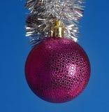 Świąteczna Bożenarodzeniowa piłka na błękitnym tle Zdjęcia Stock