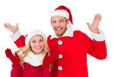 Świąteczna para ono uśmiecha się z rękami podnosić Zdjęcia Royalty Free
