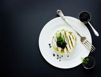 Świąteczna sałatka z czarnym kawiorem, wyśmienity restauracyjny jedzenie zdjęcia royalty free