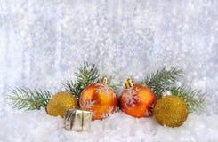 Świąteczne Bożenarodzeniowe piłki, mały pudełko z teraźniejszością i jodła, rozgałęziają się zdjęcia royalty free