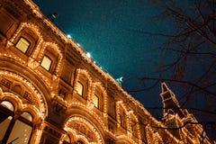 Świąteczne iluminacje w ulicach miasto Nowego Roku i bożonarodzeniowe światła dekoracja w śnieżnej nocy, plac czerwony, Moskwa, R fotografia stock