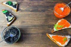 Świąteczne kanapki z czerwonym i czarnym kawiorem Zdrowy i smakowity jedzenie Obrazy Stock