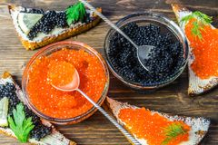 Świąteczne kanapki z czerwonym i czarnym kawiorem Zdrowy i smakowity jedzenie Fotografia Stock