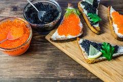 Świąteczne kanapki z czerwonym i czarnym kawiorem Zdrowy i smakowity jedzenie Obraz Royalty Free
