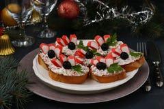 Świąteczne kanapki z krabów kijami, feta serem i czarnymi oliwkami, zdjęcia royalty free