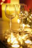 Świąteczne płonące świeczki z wineglasses obrazy royalty free
