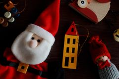 Świąteczne zim zabawki i miękki Święty Mikołaj dla nowego roku drzewa na drewnianym tle jako zima wakacji dekoracja Obrazy Stock