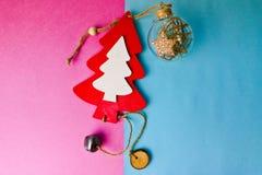 Świątecznego Bożenarodzeniowego zimy błękita menchii tła mała zabawkarska drewniana domowej roboty śliczna choinka i round choink obrazy royalty free