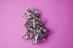 Świątecznego nowego roku Bożenarodzeniowe szczęśliwe menchie i błękitny radosny tło z małego zabawkarskiego metalu żelaza złotą d fotografia royalty free