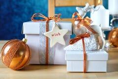 Świąteczni boże narodzenia Miedziani i Biali prezenty obraz royalty free