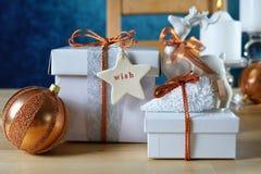 Świąteczni boże narodzenia Miedziani i Biali prezenty zdjęcie stock