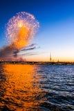 Świąteczni fajerwerki na nabrzeżu przy zmierzchem fotografia stock