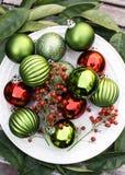 Świąteczni i Kolorowi ornamenty na bielu talerzu obrazy stock