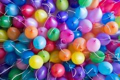 świąteczni, kolorowi balony z helowym doczepianiem biali faborki, zdjęcia stock