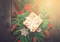 Świąteczni naturalni dekorujący Bożenarodzeniowi prezentów pudełka Iglaste gałąź i rożki Odgórny widok Rocznika tonowanie Obraz Royalty Free