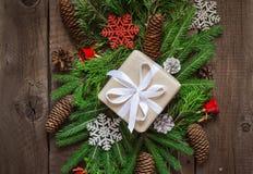 Świąteczni naturalni dekorujący Bożenarodzeniowi prezentów pudełka Iglaste gałąź i rożki Stare deski Odgórny widok Zdjęcie Royalty Free