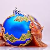 Świąteczni nowy rok pojęcia z ślimaczkami i Bożenarodzeniowymi piłkami na białym tle zdjęcie stock