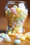 Świąteczni Wielkanocni multicolor galaretowi cajgi do i z słoju na drewno stole Zdjęcie Royalty Free