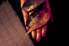 świątecznie tło Kreatywnie jesień liście bryzgający z błyskotliwością Abstrakcjonistyczny błyskotliwości uderzenie na stronie pap fotografia stock