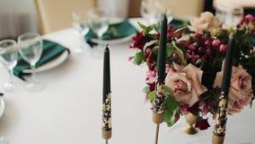Świąteczny ślubu stołu położenie z zieleń kwiatami, pieluchami, szkłami i candlestick, stołowy wystrój Zakończenie zbiory wideo