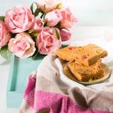 Świąteczny śniadanie kwitnie maseł orzechowych bownies na pastelu Zdjęcia Royalty Free